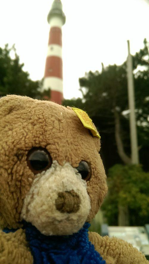 Meister Bär vor Leuchtturm