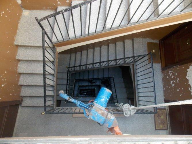 Treppenhaus mit Seilwinde