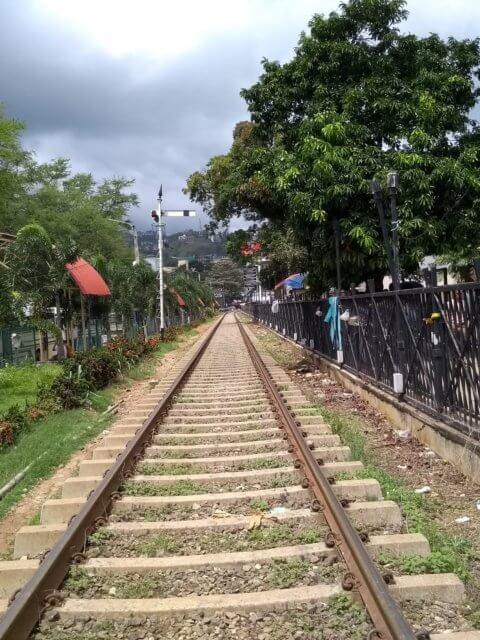 Entlang der Gleise in Kandy