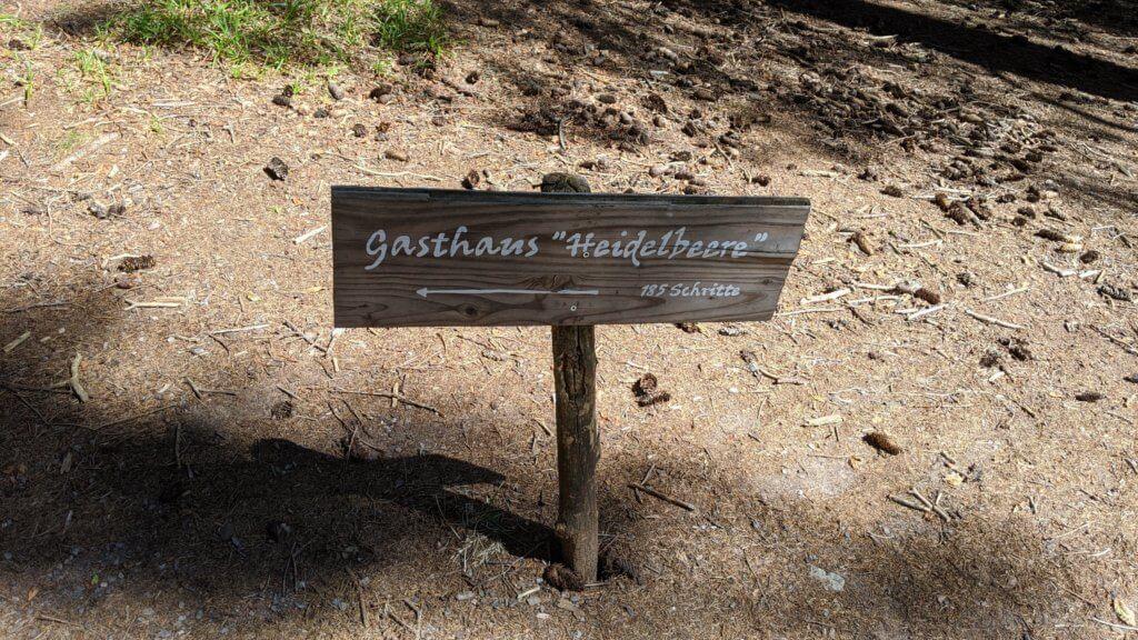 Wichtelpfad Feldberg Gasthaus Heidelbeere Schild